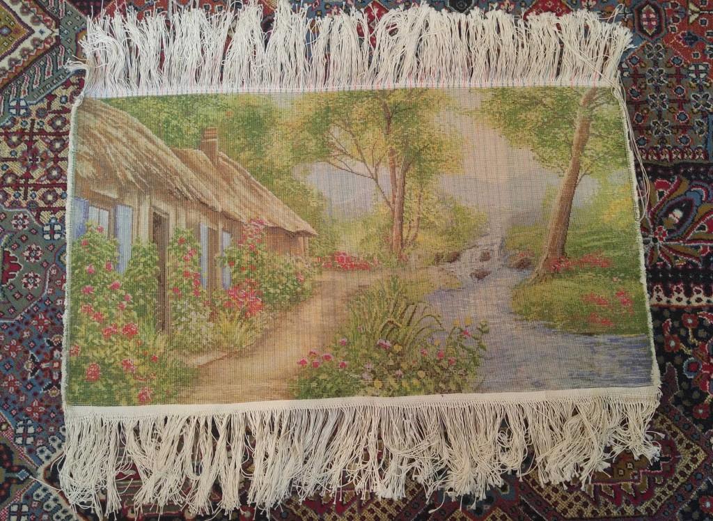 تصویری از پشت تابلو فرش کلبه و جنگل رویایی