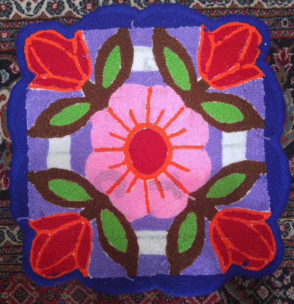 نمای پشت شبه قالی بافته شده طرح گل
