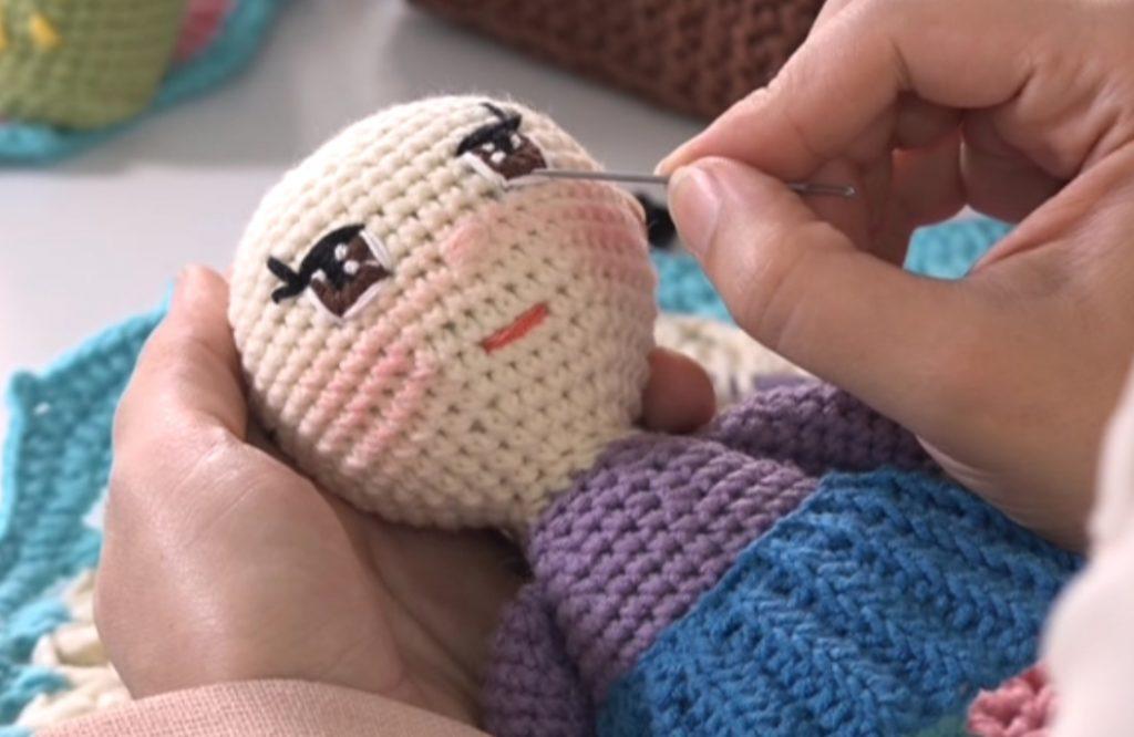 تصویری از فیلم آموزش تکنیک گلدوزی چشم عروسک