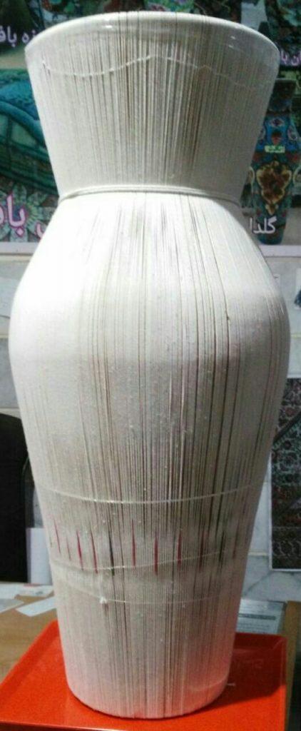 چله کشی بر روی فریم کوزه انجام گرفته و با نخ هایی بسته شده تا شکل کوزه ایجاد شود.