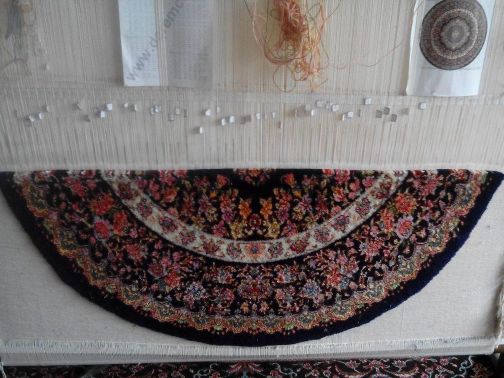 نمونه فرش دستبافت طرح گرد در حال بافت