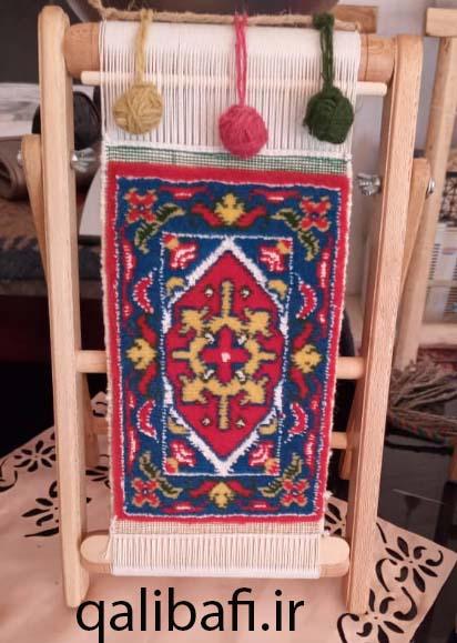 نمونه فرش بافته شده بر روی دار چوبی کوچک