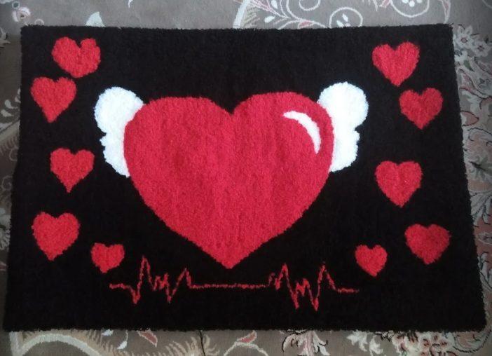 نمونه شبه قالی طرح قلب بافته شده بر روی گونی